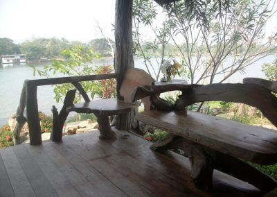 Vue sur la rivière Kwaï de la terrasse des chambres Cabane hôtel Baan Mama Éléphant Kanchanaburi Thailande