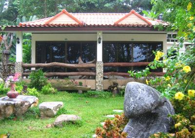Vue extérieur des chambres Terrasse hôtel Baan Mama Éléphant Kanchanaburi Thailande