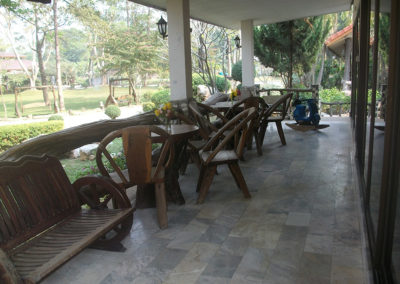 Terrasse des chambres Terrasse hôtel Baan Mama Éléphant Kanchanaburi Thailande